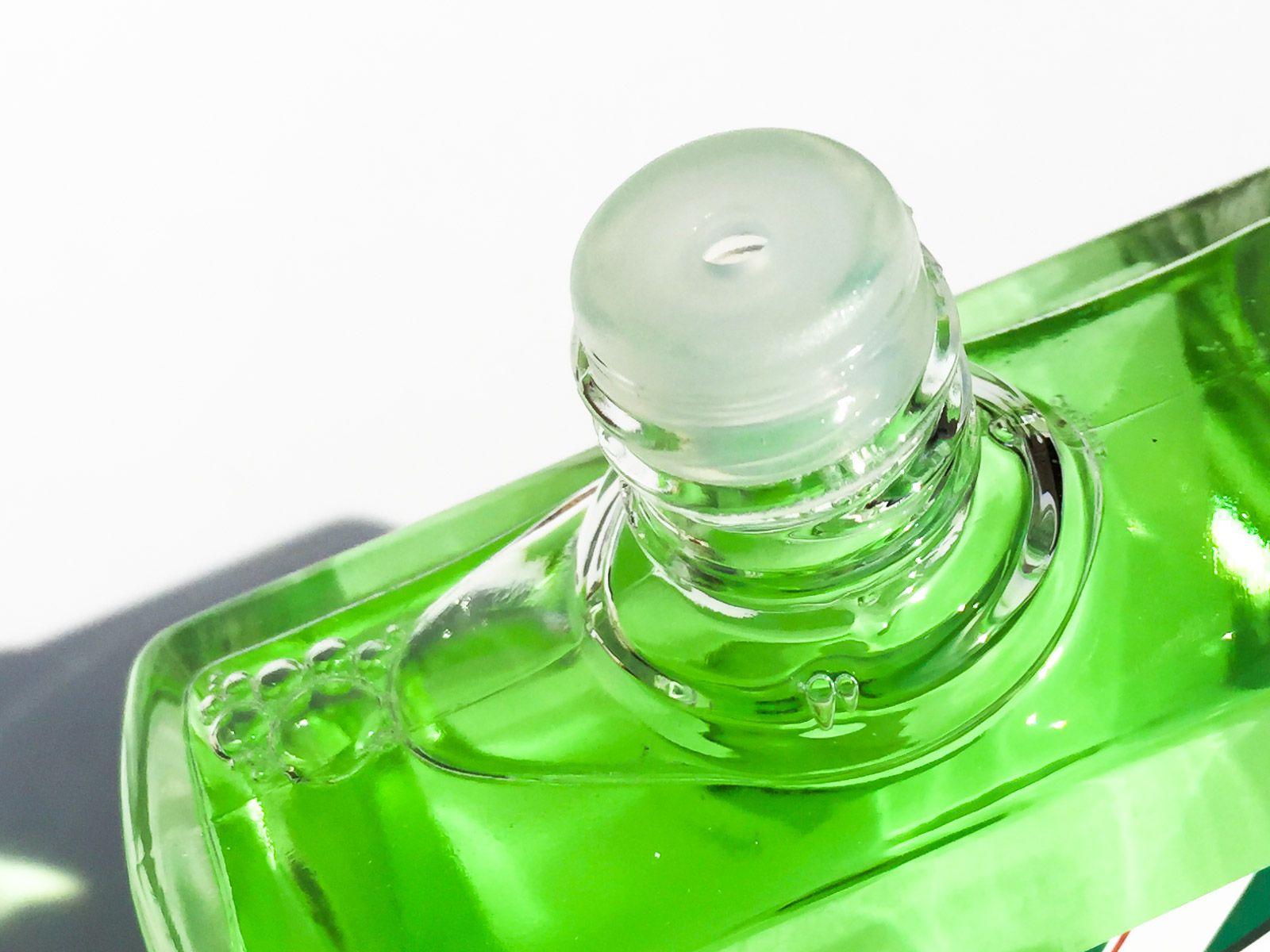 Plastikowa kryza na wylocie flakonu wody po goleniu Proraso