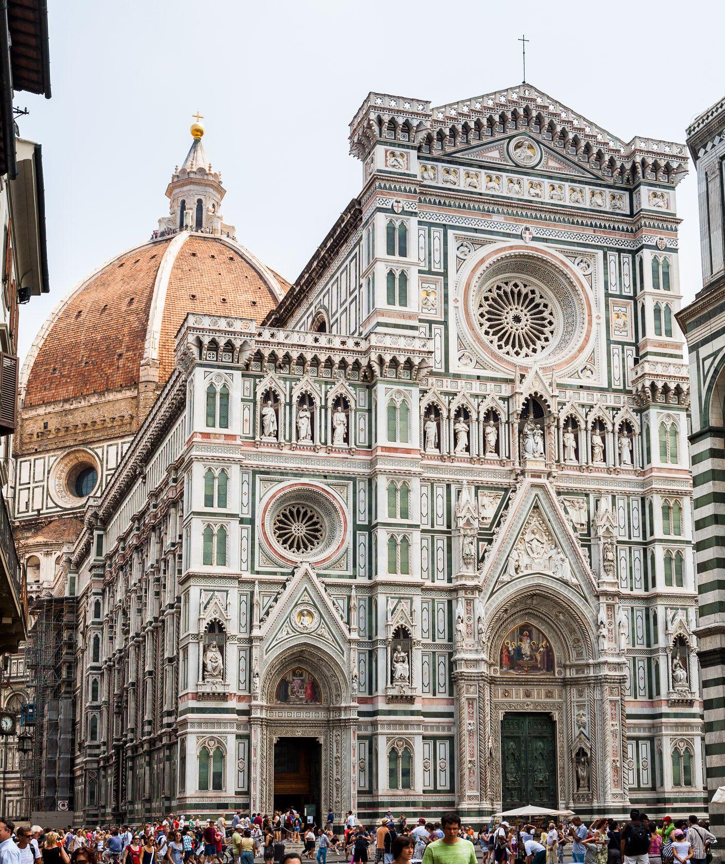 Fasada katedry Santa Maria del Fiore we Florencji. Na drugim planie widoczna wspaniała kopuła przykrywająca wschodnią część budowli.
