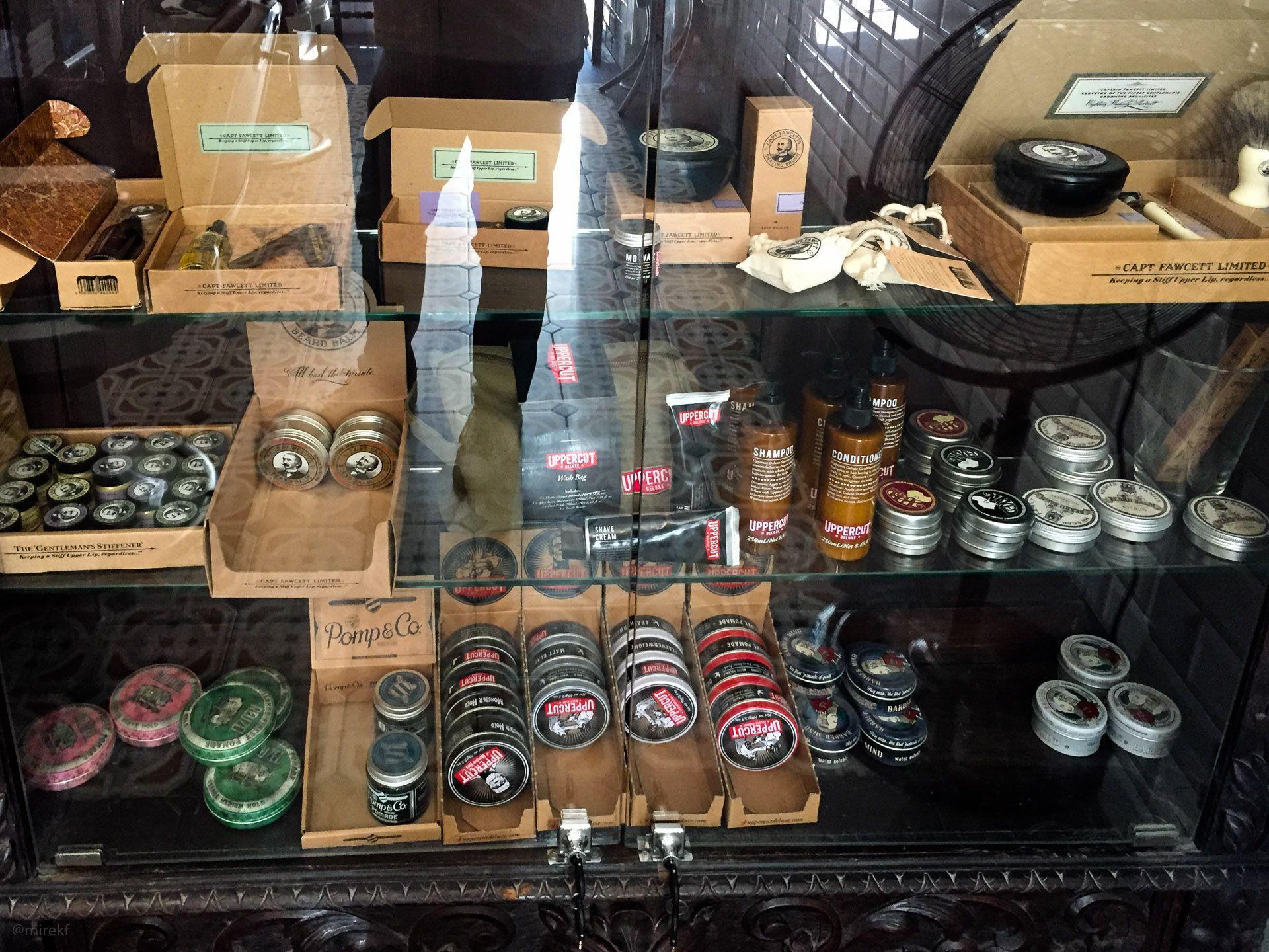 Wnętrze salonu Rostowski Barber Shop – witryna z kosmetykami do sprzedaży