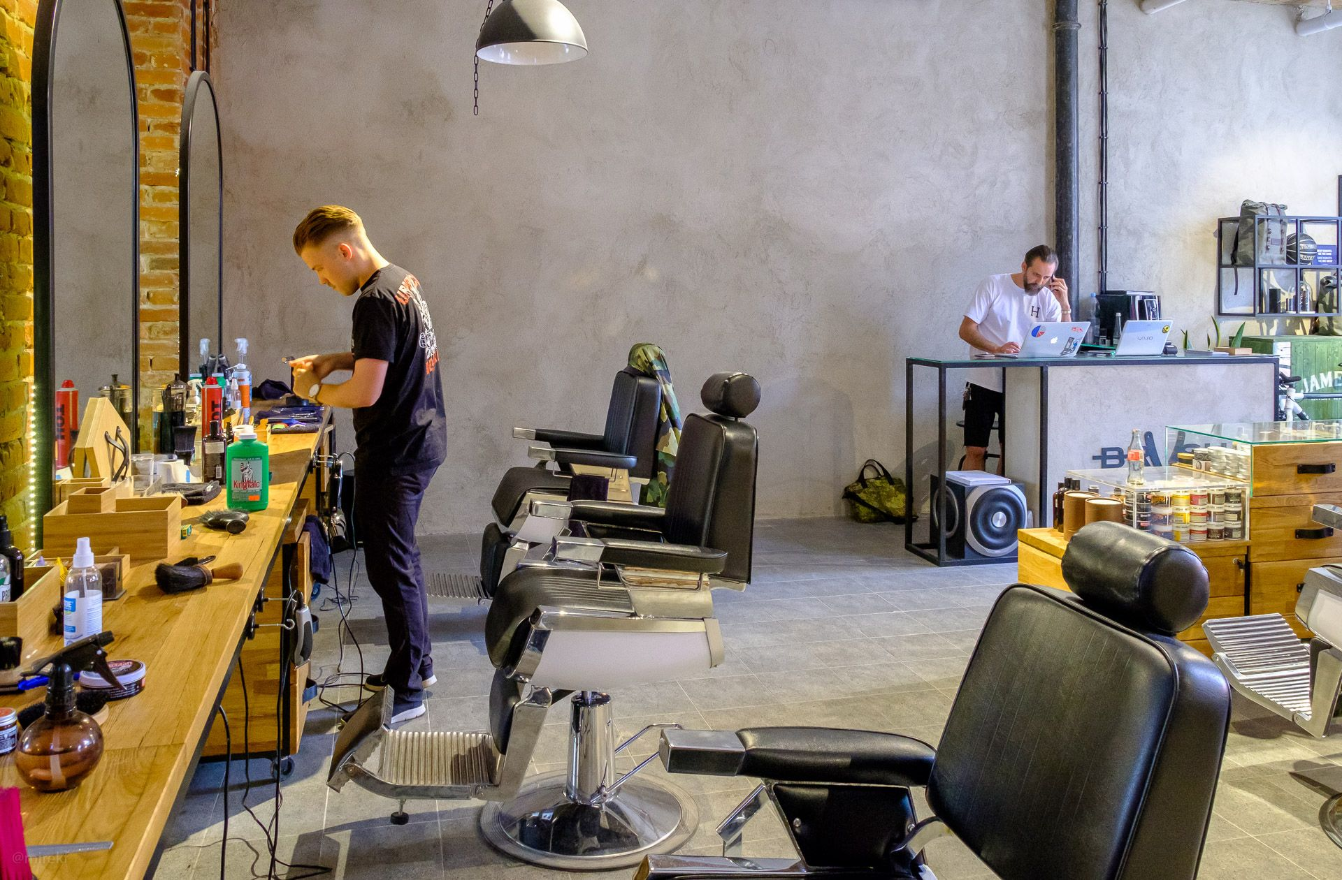 Wnętrze zakładu fryzjerskiego Brush Barber Shop w Łodzi