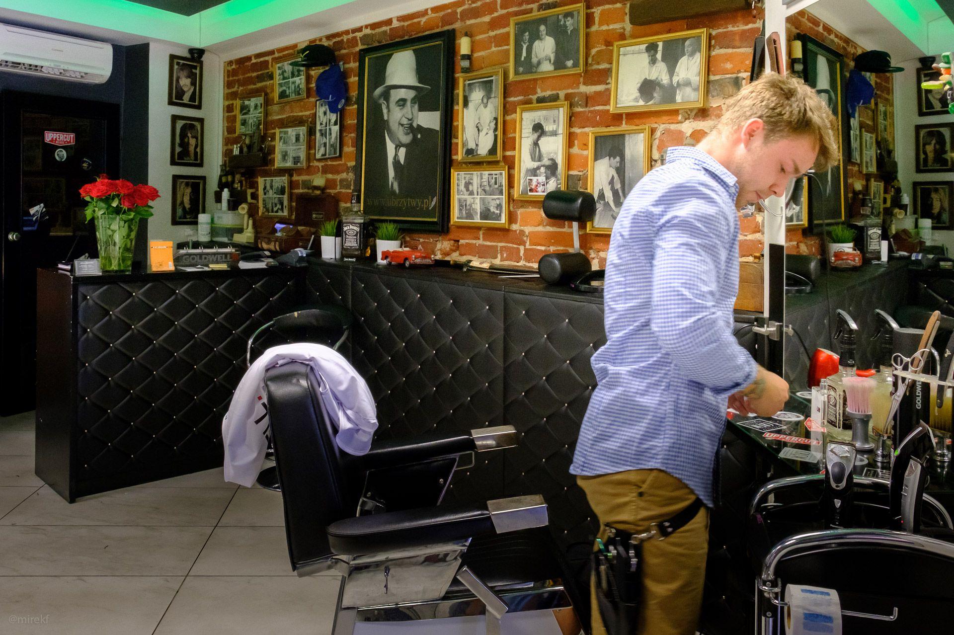 """Wnętrze zakładu fryzjerskiego """"U Brzytwy"""""""