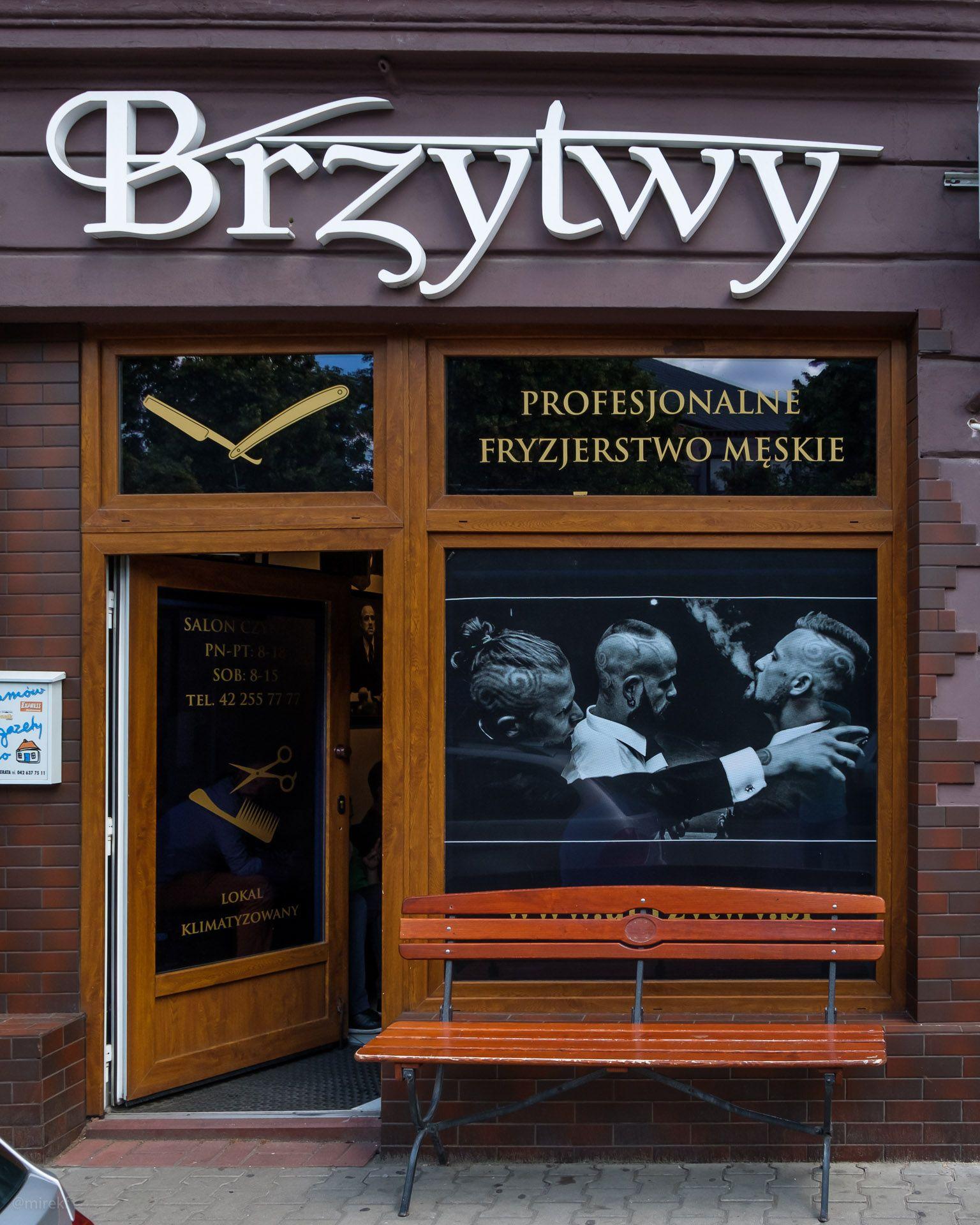"""Witryna salonu fryzjerskiego """"U Brzytwy"""" w Łodzi"""