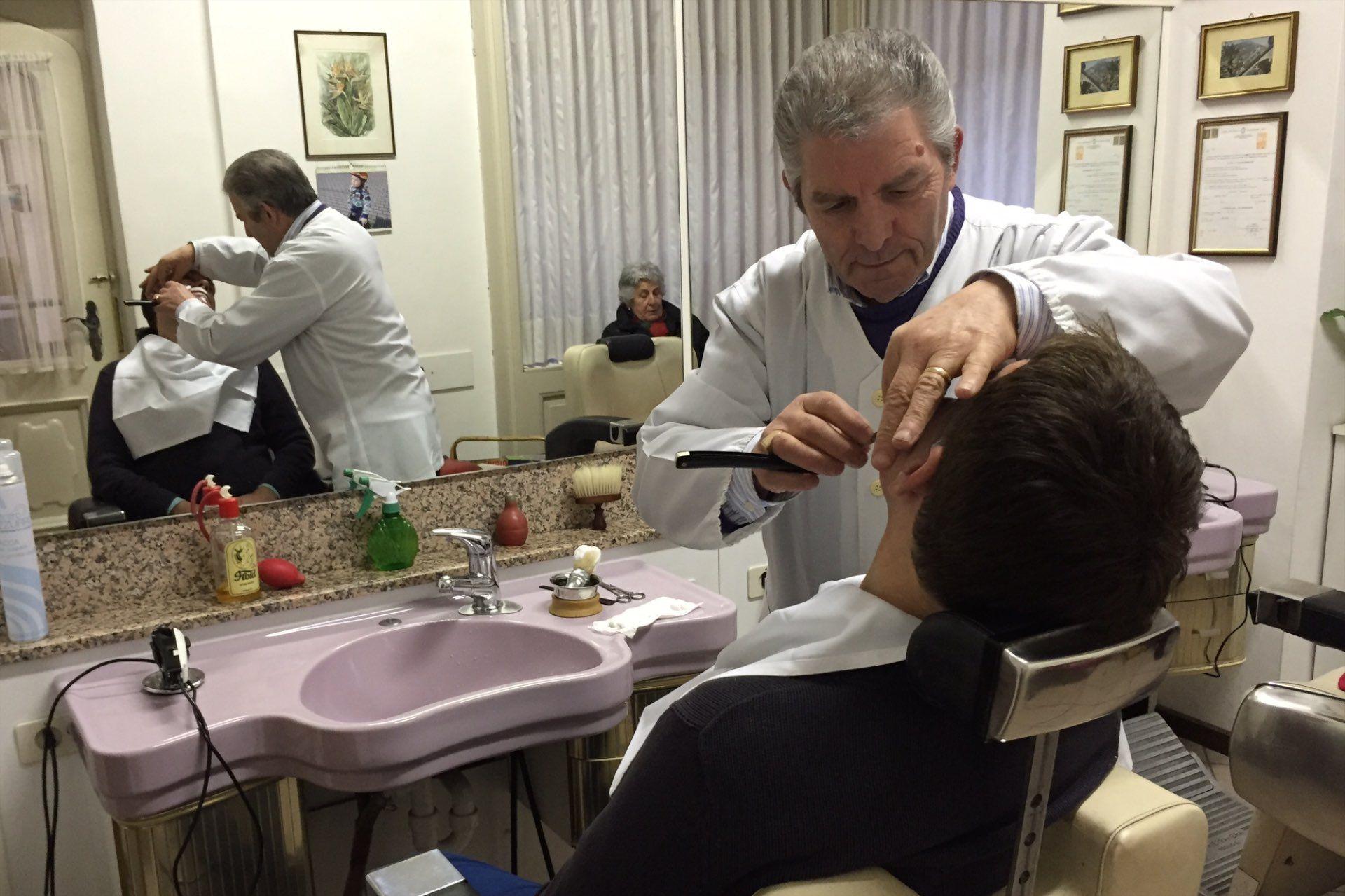 Golenie szawetką w salonie Italo Fracella (Bolzano)