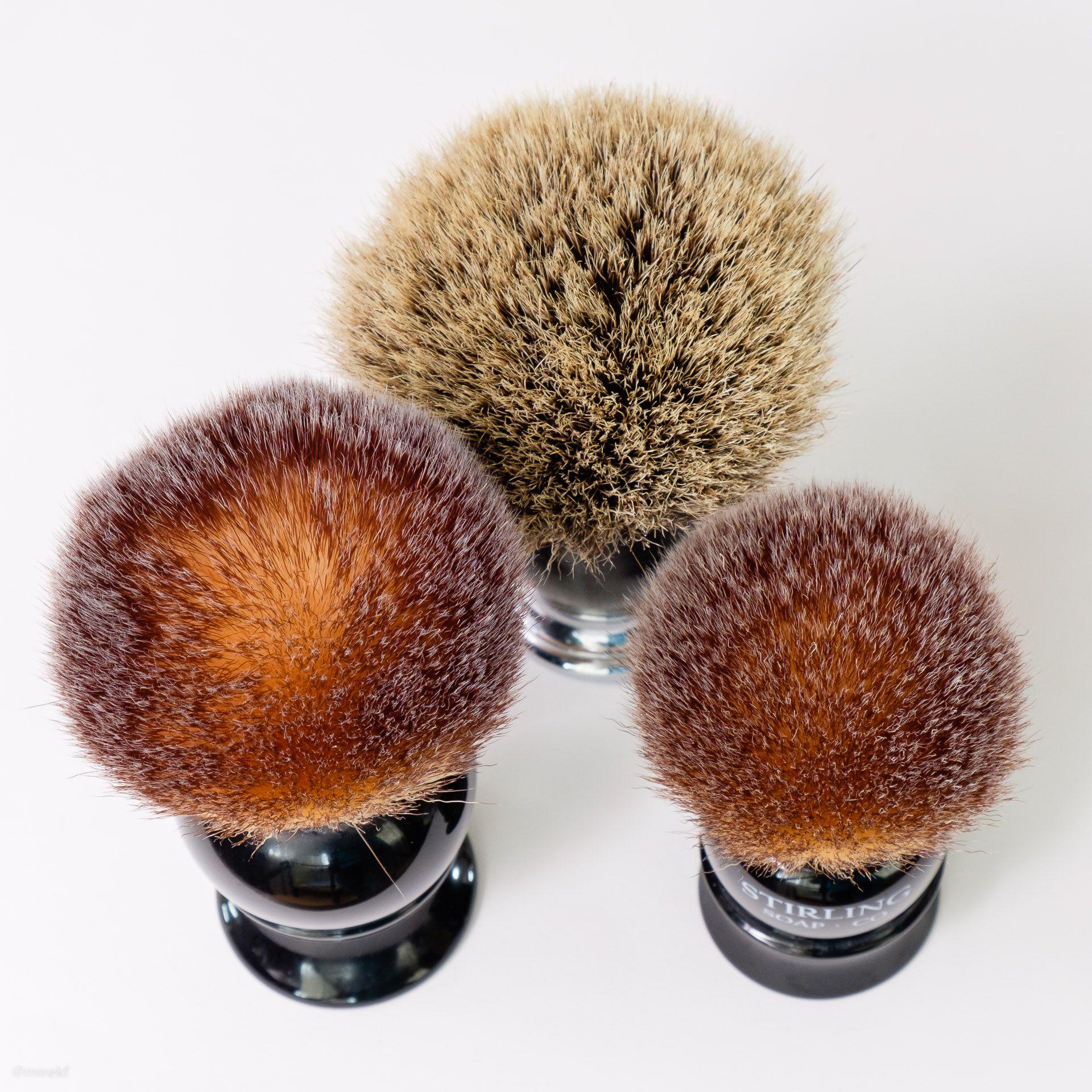 Porównianie trzech pędzli: Mühle Sopjist Silvertip Badger Brush, Maggard 24 mm i Stirling 22 mm. W Maggardzie można zauważyć lekko rozchodzące się włosie w środku knota.