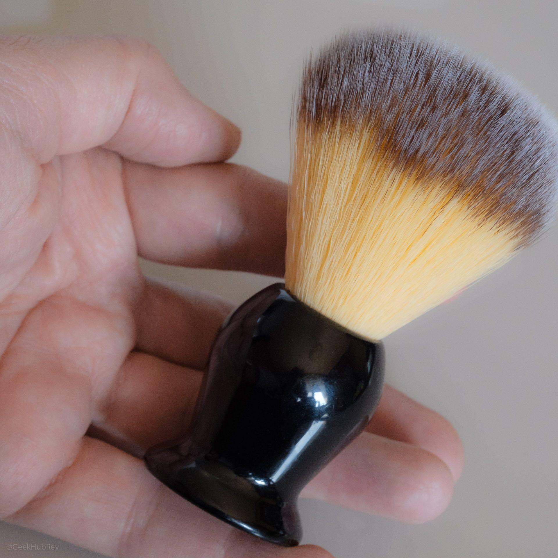 Pędzel do golenia Rockwell Razors Shave Brush w zgrabnej dłoni nieznanego pianisty