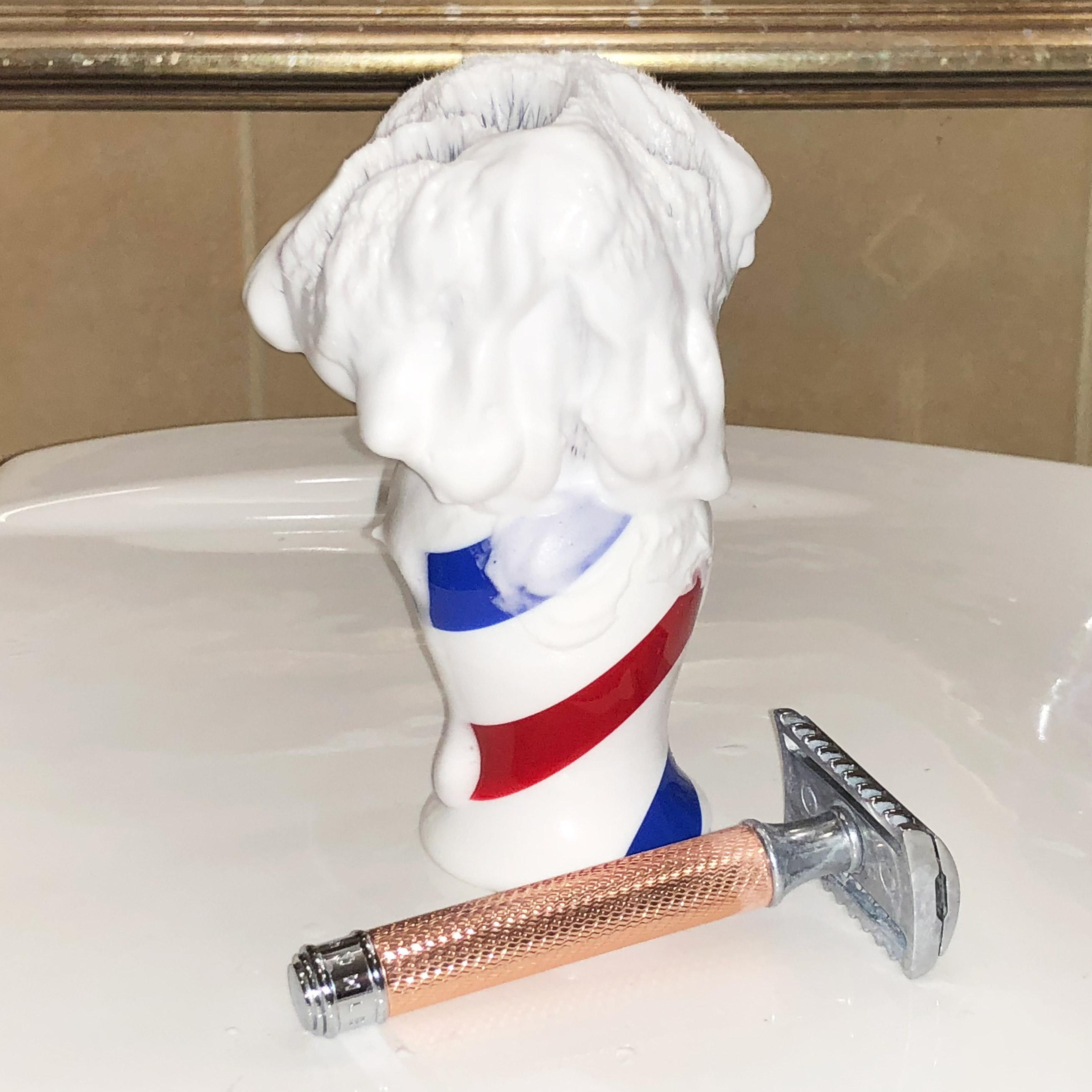 Piana z 1,9 g LEA Crema de Afeitar (Shaving Cream) pozostała na pędzlu po naniesieniu na twarz porcji na pierwsze przejście