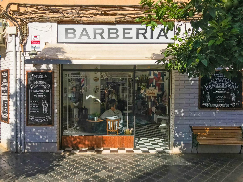 wejście do zakładu fryzjerskiego Los Honorables Barberia