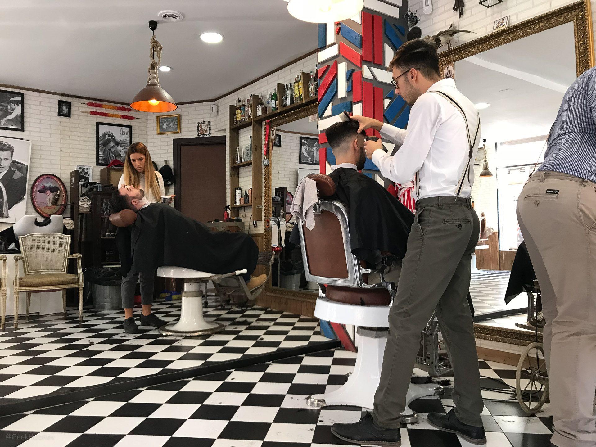 Wnętrze zakładu fryzjerskiego Los Honorables Barberia