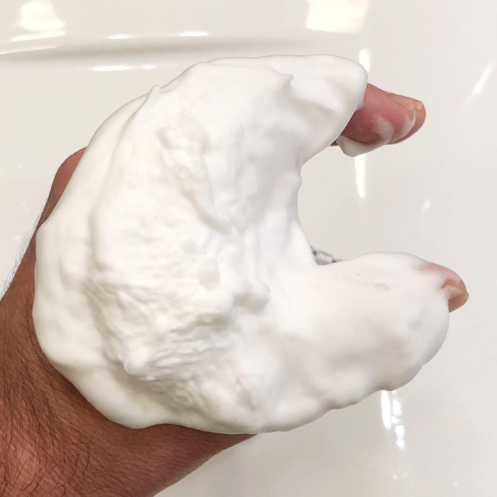 Wyrabianie piany z kremu do golenia Saponificio Bignoli Agrumi del Mediterraneo Shaving Cream – piana wyciśnięta z pędzla na trzecie przejście (użyte 1 g kremu)