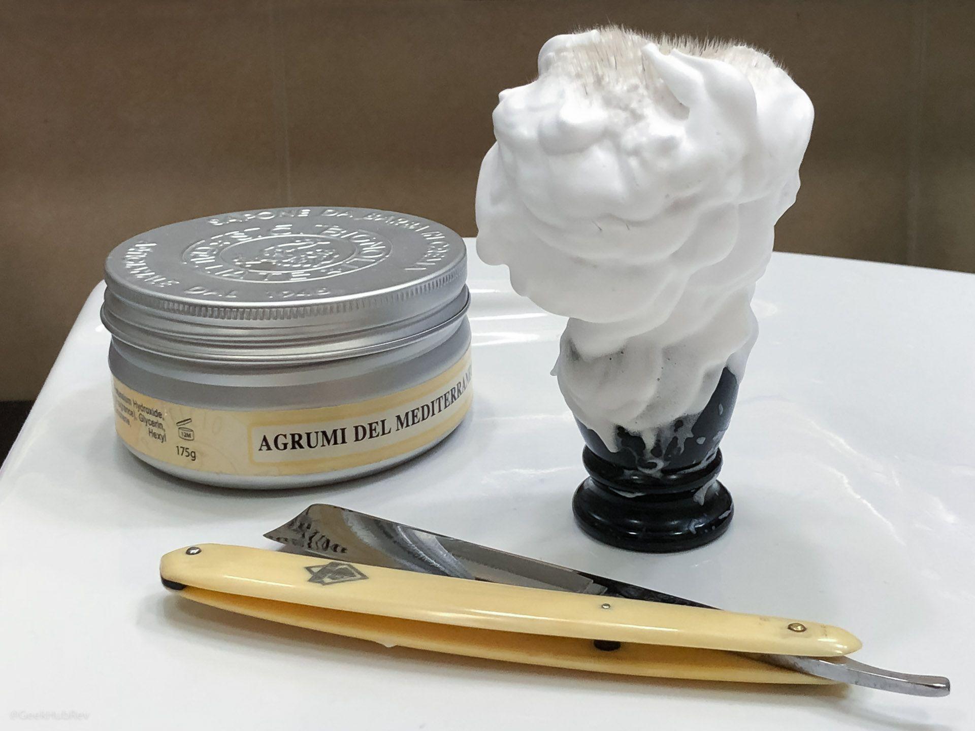 Wyrabianie piany z kremu do golenia Saponificio Bignoli Agrumi del Mediterraneo Shaving Cream – piana pozostała na pędzlu po pierwszym nałożeniu