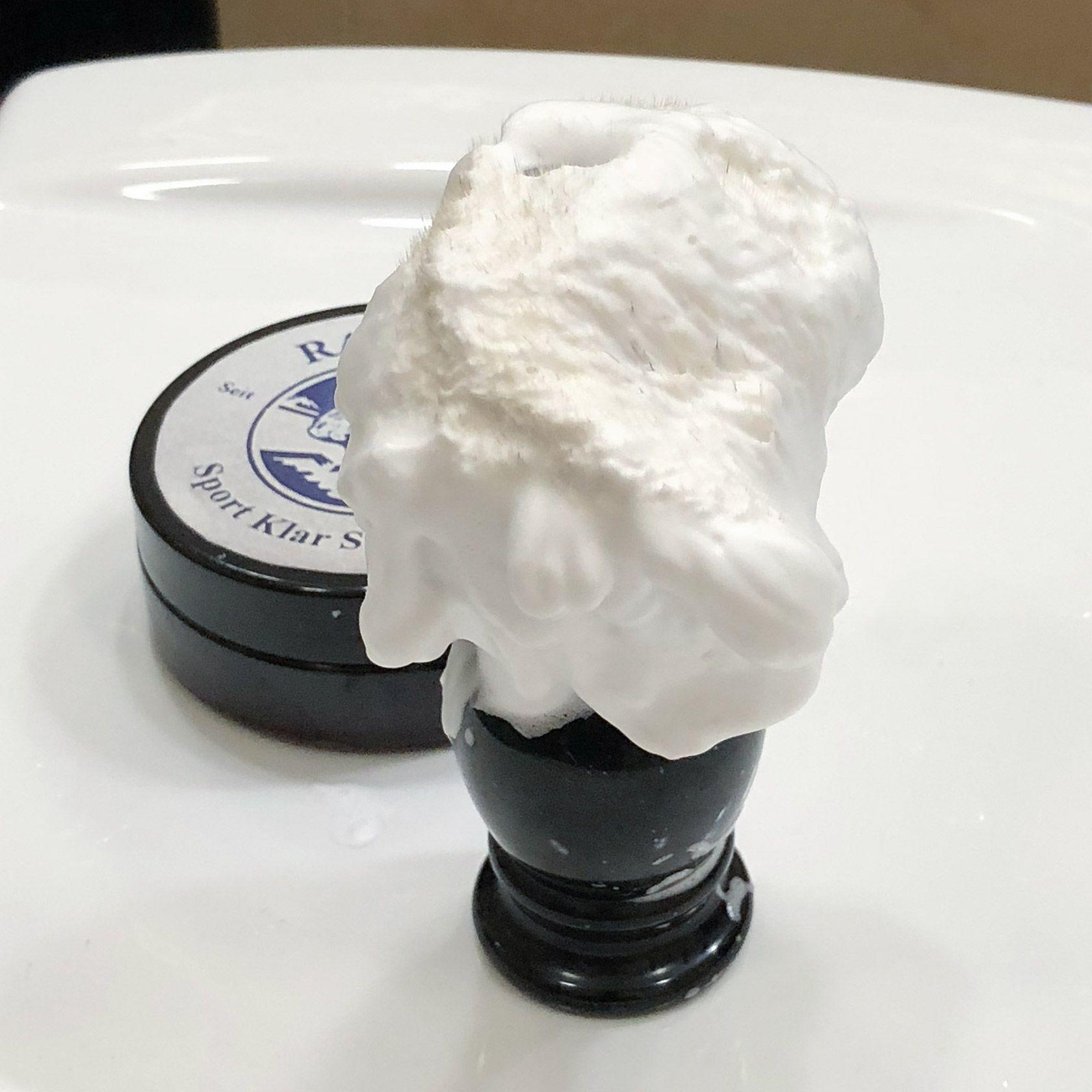 Piana wyrobiona z 1 grama mydła Klar Sport Rasierseife, pozostała na pędzlu po pierwszym nałożeniu