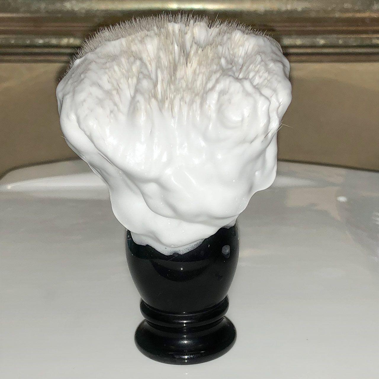 Piana wyrobiona z 1,2 g mydła do golenia Mydlana Chata Drzewo Różane – pozostałą na pędzlu po nałożeniu na pierwsze przejście