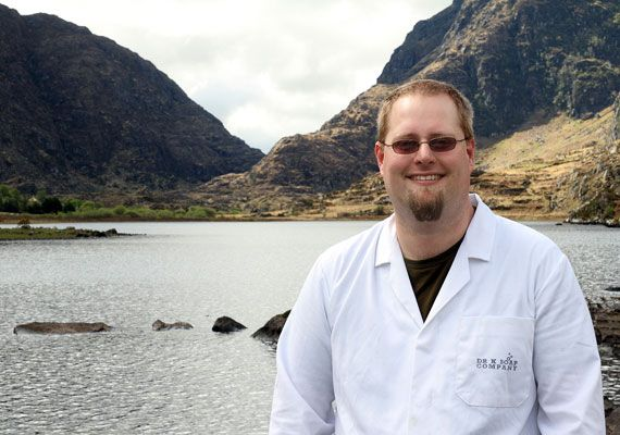 Producent mydła Dr K – Robert Karreman w swoim labolatorium