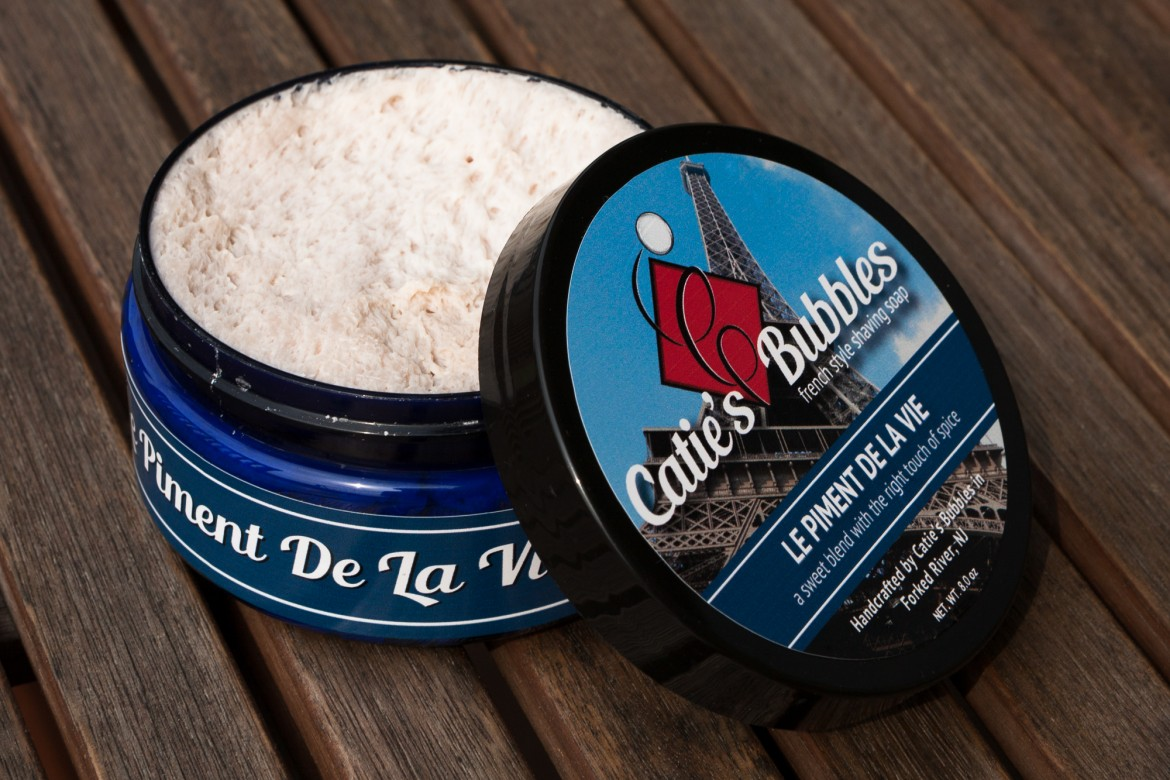 Słoik z mydłem do golenia Catie's Bubbles Le Piment de la Vie Shaving Soap